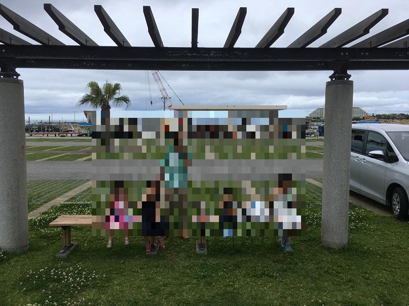 恩納村多目的広場の公園・遊具周辺にベンチ、テーブルあり