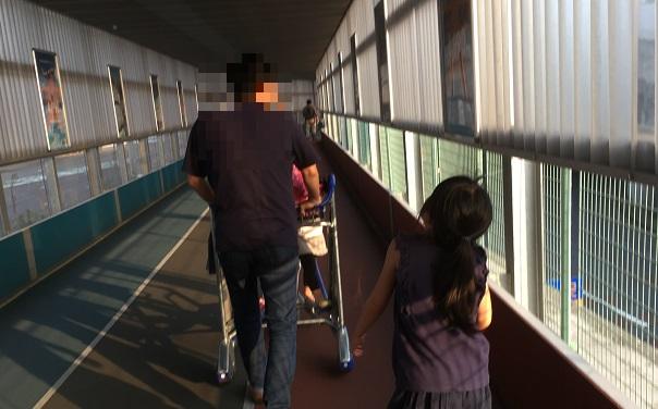 成田空港第3ターミナル行の通路