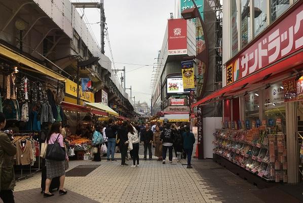 平日のアメ横商店街