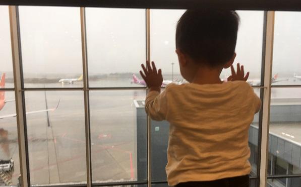 成田空港第3ターミナル国際線で飛行機をみる子供