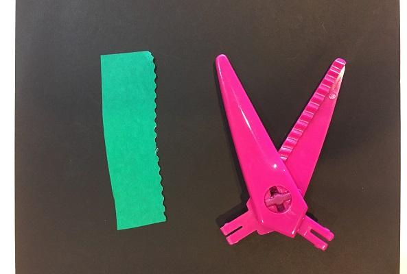ダイソーギザギザハサミ・ピンクの刃