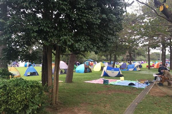 キッズダム混雑状況・芝生広場のテント
