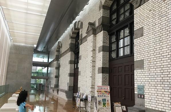 国際子ども図書館・外観の見える廊下