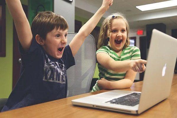 小学生が自宅でプログラミングを学ぶ