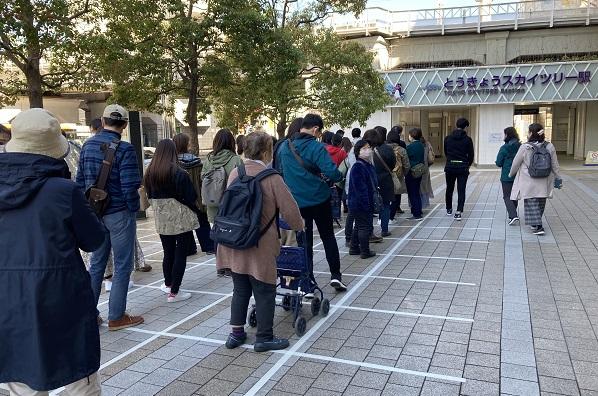 ワークマン女子・駅前待機列