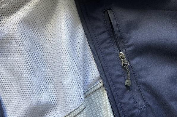 大雨ディズニーの服装・ワークマン女子の高撥水レインコートポケット